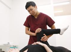 足の検査をしている写真